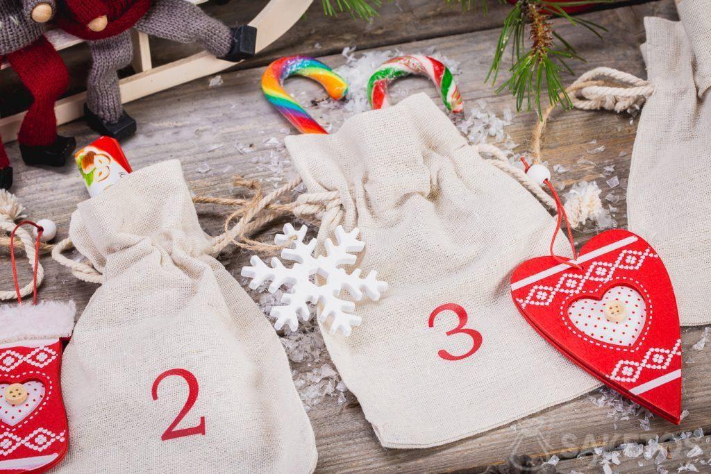 Sie können Süßigkeiten, Weihnachtsschmuck, Firmengeschenke oder Produktmuster in Leinentaschen stecken, aus denen der Adventskalender besteht!