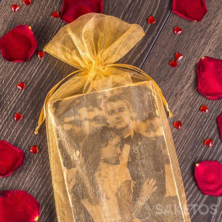 Eleganter goldener Organzabeutel als Verpackung für ein Foto von Neuvermählten.