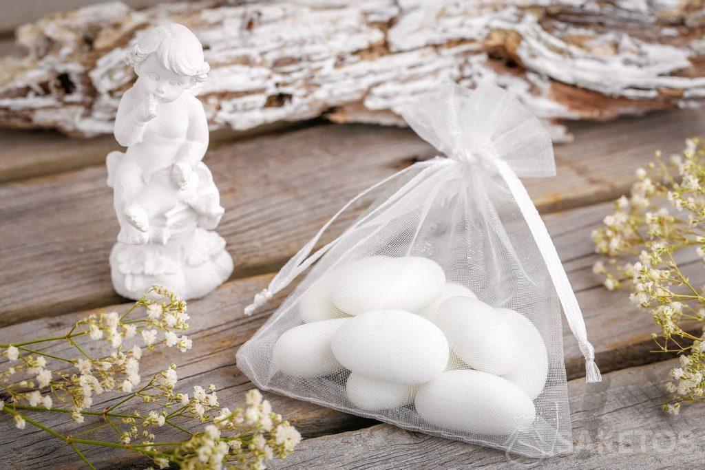 Geschenke, die für die Hochzeitsgäste bestimmt sind - Mandeln oder ein Putto, verpackt in ein Organzasäckchen