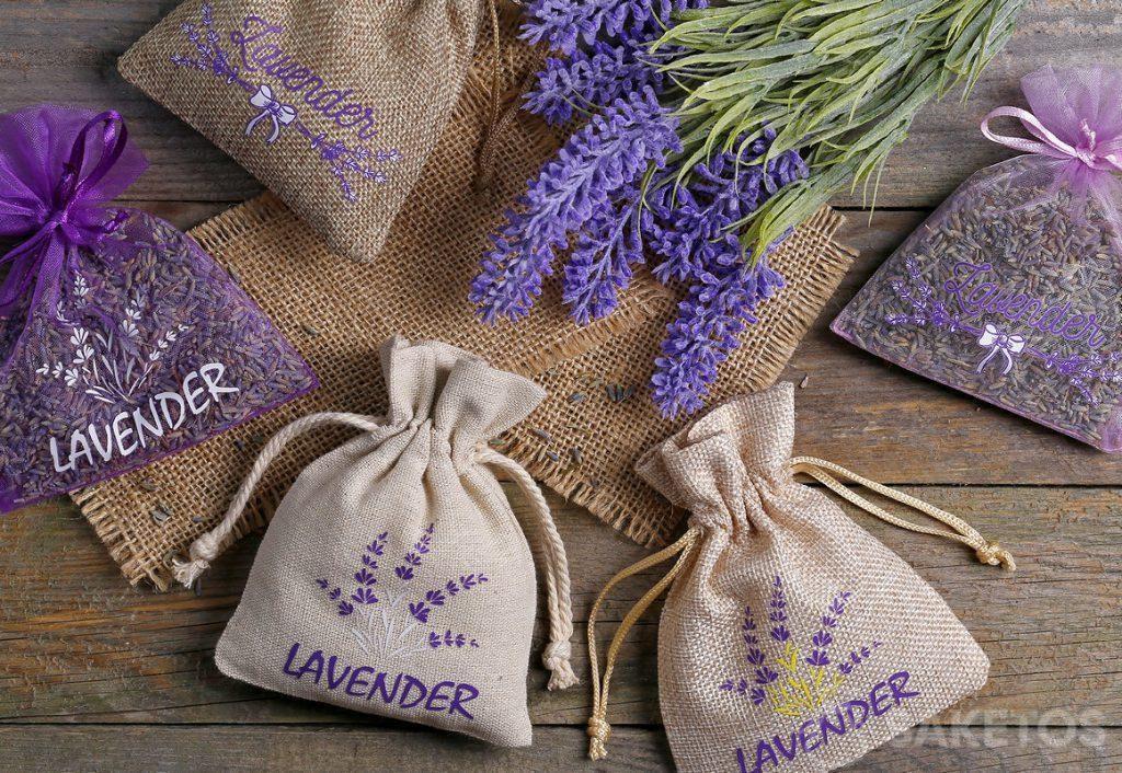 Beutel aus Organza, Jute und Leinen mit aufgedrucktem Lavendel, gefüllt mit getrockneten Lavendelblüten.