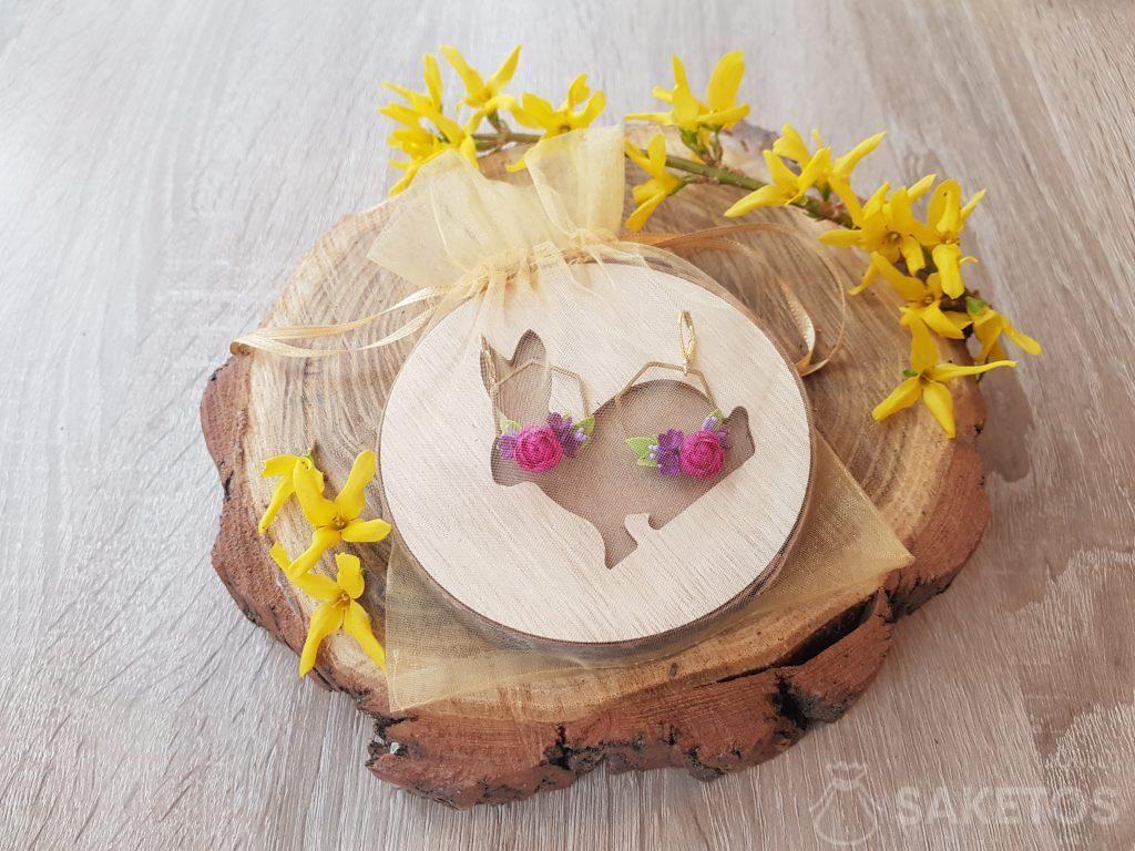 Ohrringe in einem goldenen Organzabeutel verpackt