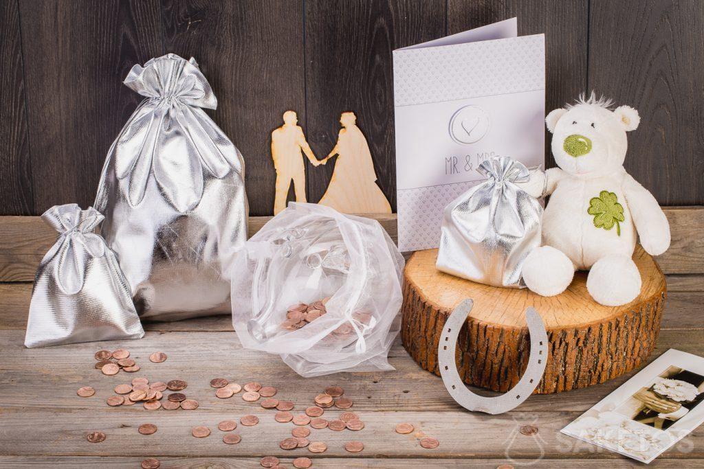 Wenn das Hochzeitsgeschenk Geld sein soll, können Sie es in ein Sparschwein aus Glas einwickeln, das sich in einem Organzabeutel befindet.
