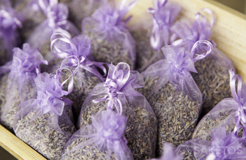 Lila Organzabeutel gefüllt mit Lavendel