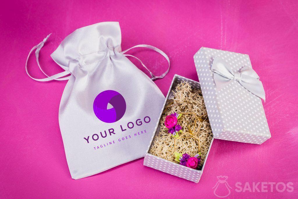 Schmucktasche mit ausgewähltem Logo.