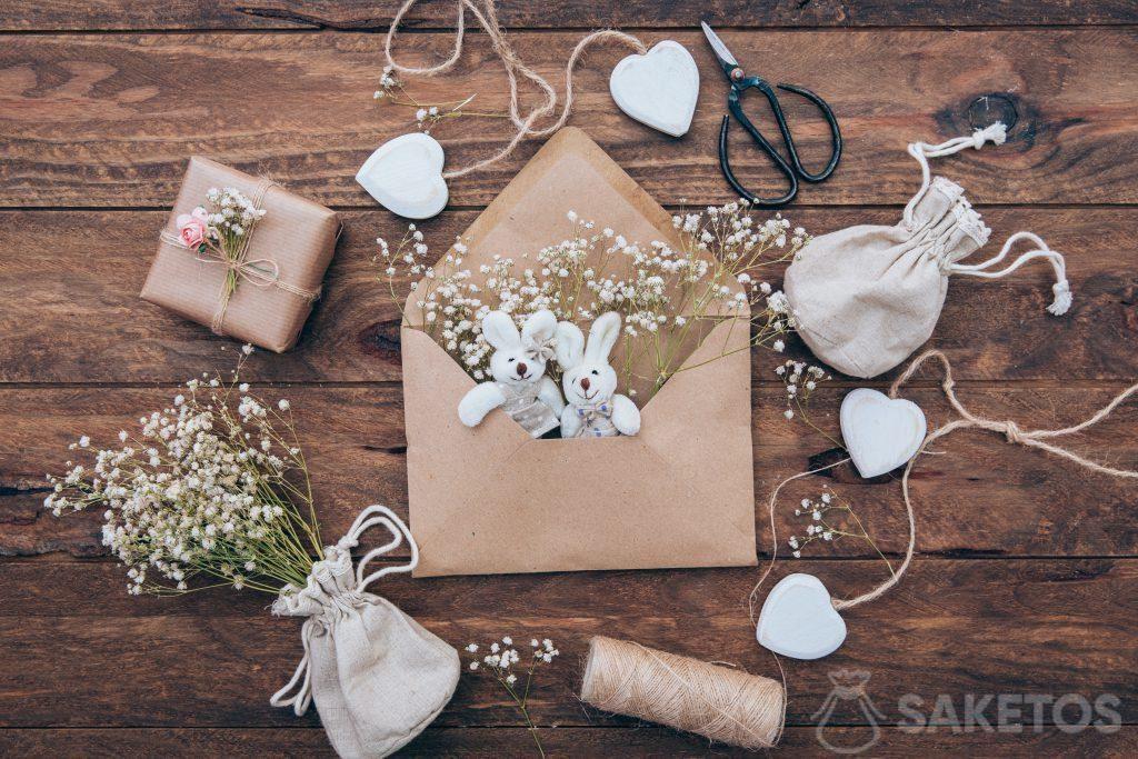 Leinentasche mit Gips, Plüschhasen in einem Umschlag und einem Geschenk aus grauem Papier