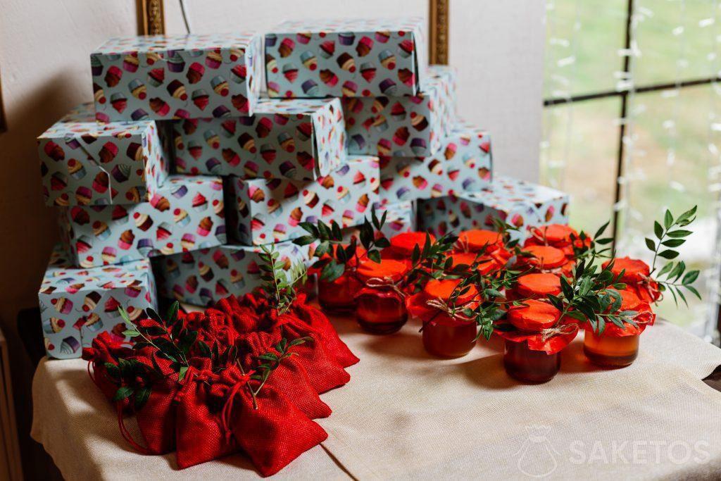 Geschenkboxen in farbigem Papier, juteroten Beuteln und Einmachgläsern