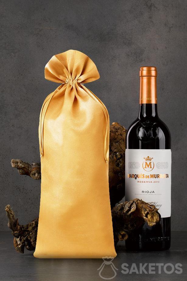 Goldener 16x 37 cm großer Satinbeutel als Verpackung einer Weinflasche