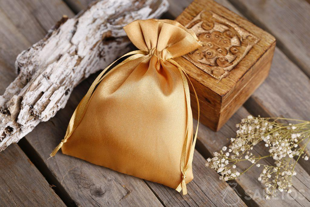 Goldener Satinbeutel und eine kleine Holzschatulle für Souvenirs