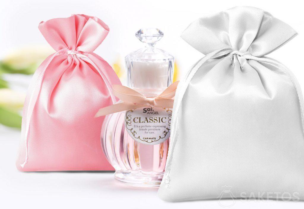 Satinbeutel in Rosa und Silber mit dekorativem Parfümfläschchen