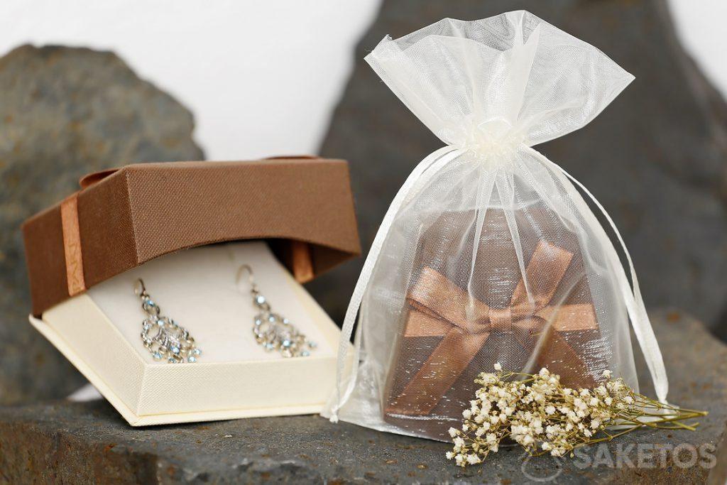 Ein Geschenketui mit Schmuck, das in einen Organzabeutel verpackt wird, sieht äußerst elegant aus.