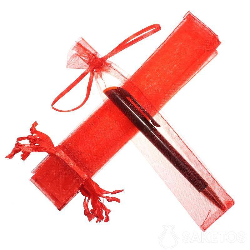 3,5 x 19 cm großer roter Organzabeutel für einen Kugelschreiber.
