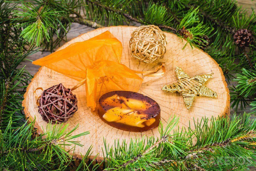 Glyzerin-Winterseife und ein goldener Organzabeutel als dekorative Verpackung.