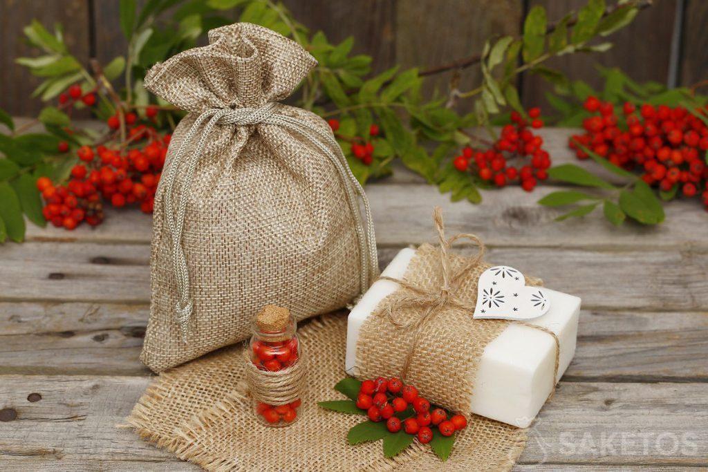 Verpacken von Naturseife in Jutebeutel.