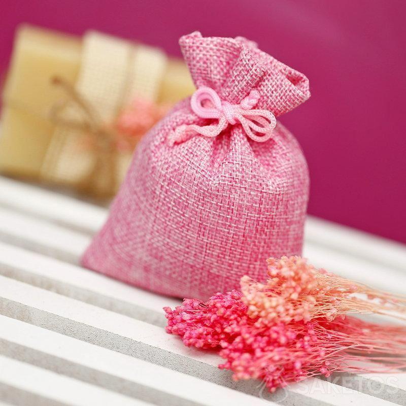 Rosafarbener Jutebeutel zum Verpacken eines Stücks Naturseife.