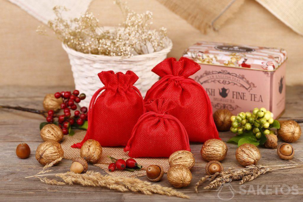 Rote Jutebeutel eignen sich hervorragend als Verpackung für Tee oder Kaffee.