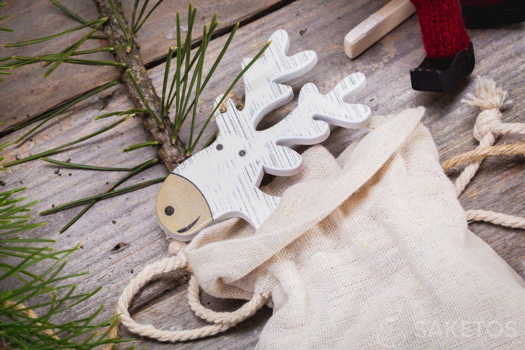 Stoffbeutel können eine Weihnachtsdekoration bilden