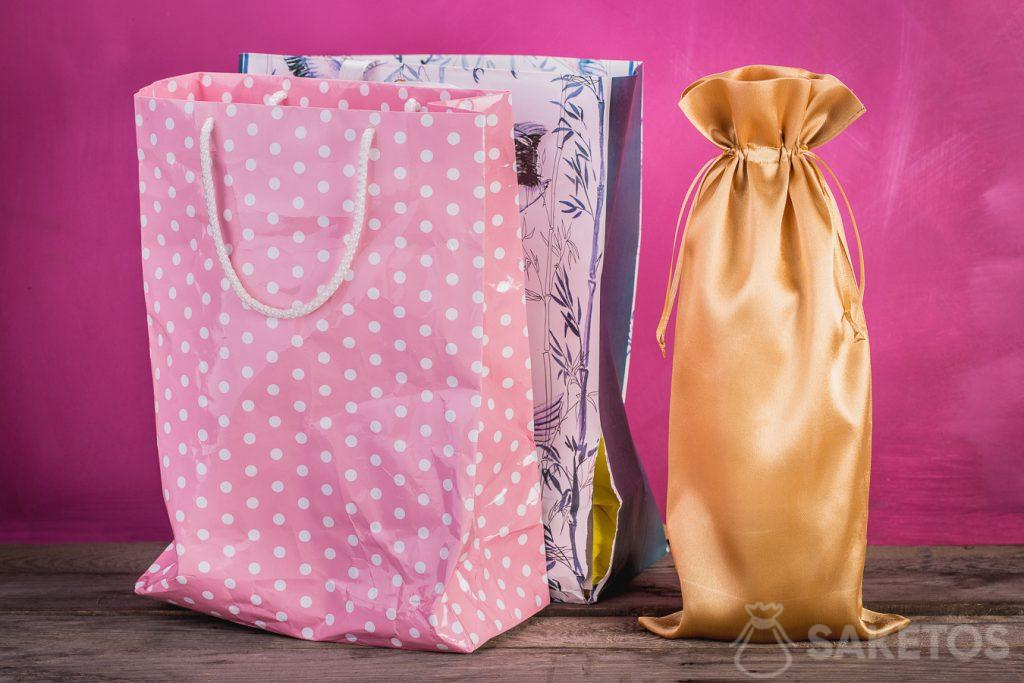 Vergleich einer Geschenktüte mit einem Stoffbeutel