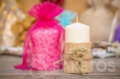 Ein Organzabeutel bildet eine elegante Kerzenverpackung
