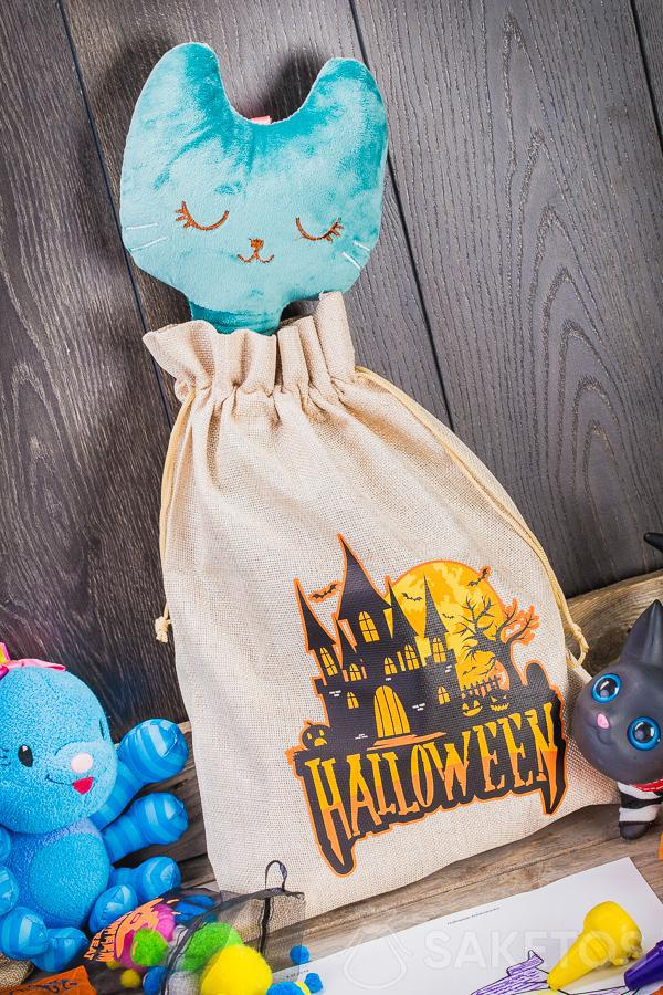 Dekorative Säckchen für Halloween können als eine Dekoration für das Kinderzimmer dienen.