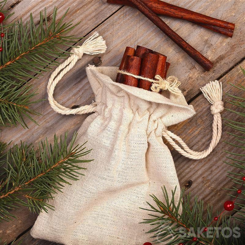 Metallische Beutel lassen Weihnachtsdekorationen modern aussehen