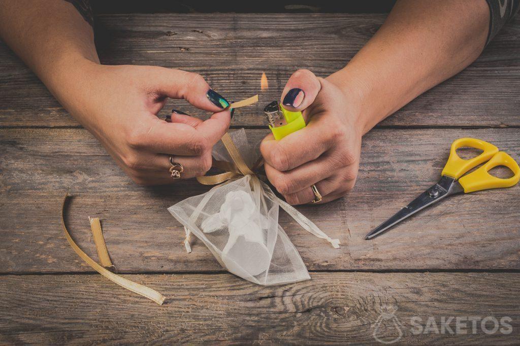 Das Ansengen der Enden der Schleife aus Band nicht vergessen. Dies verhindert, dass das Schleifenband ausfranst - Schritt 12