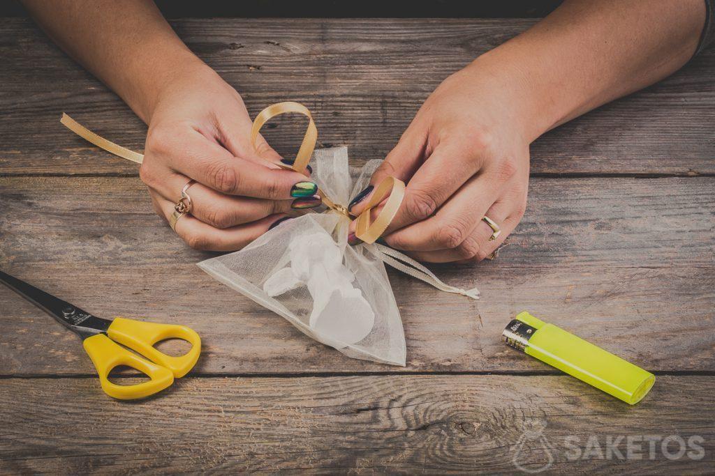 Schlaufen beim Binden einer Schleife aus Band formen - Schritt 6