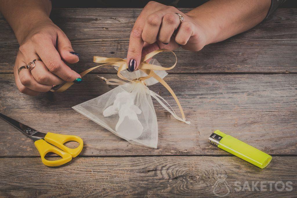 Schlaufen einer Schleife aus Band überkreuzen - Schritt 7
