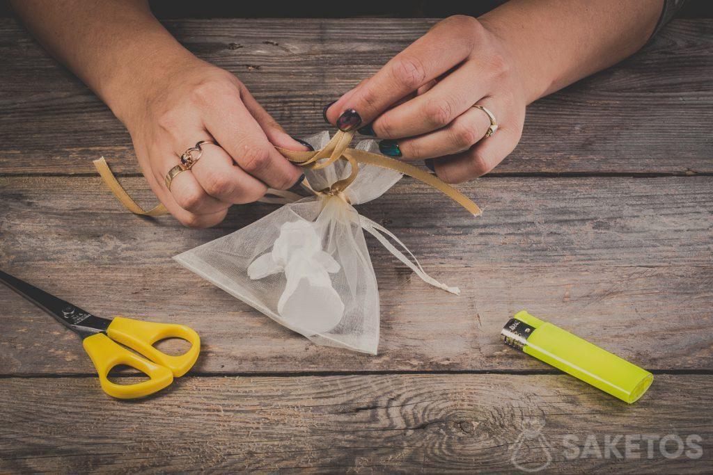 Schlaufen beim Binden einer Schleife aus Band umlegen - Schritt 8