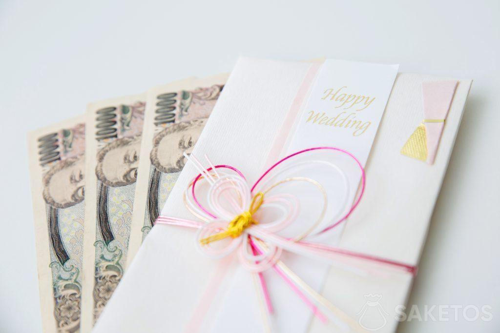Bargeld, das in eine Hochzeitsgrußkarte eingelegt wird