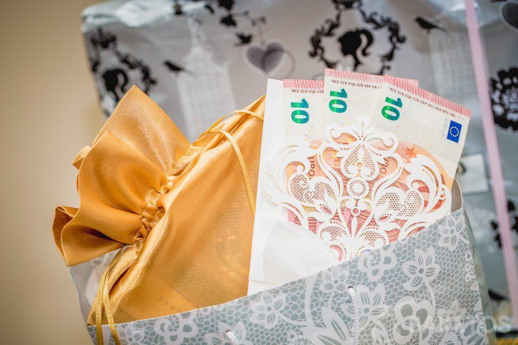 Es lohnt sich, elegant verpacktes Bargeld als Geschenk zu geben.