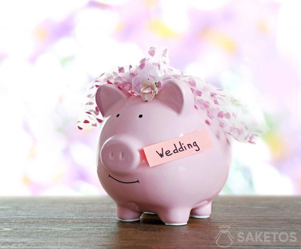 Das Sparschwein bildet eine originelle Verpackung für Bargeld, das verschenkt werden soll