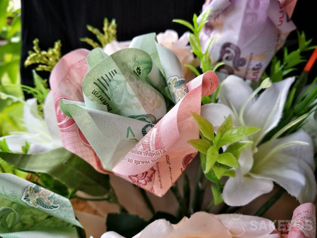 Ein Hochzeitsblumenstrauß mit Origamiblumen aus Banknoten