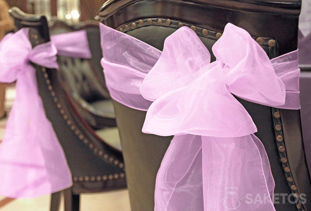 dekorative Organzaschleife auf der Rückenlehne eines Stuhls