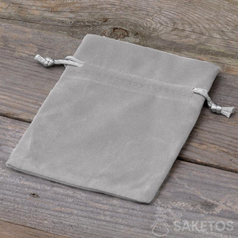 1.Dekorativer Beutel aus grauem Velours