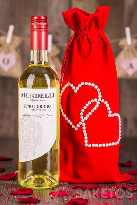 5.Der Wein wird als Geschenk in einen dekorativen Beutel aus rotem Velours verpackt