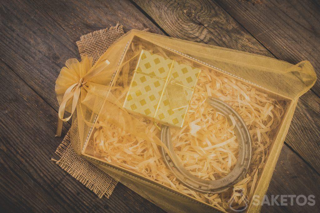 Geschenke im Organzabeutel mit Zierband