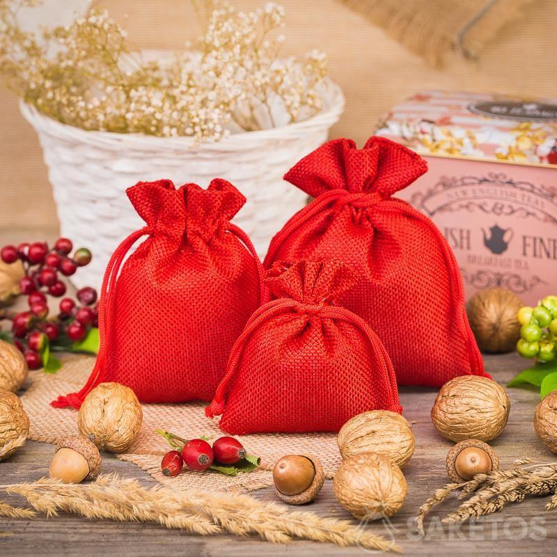 3.Rote Jutebeutel als Element einer dekorativen Komposition in der Küche