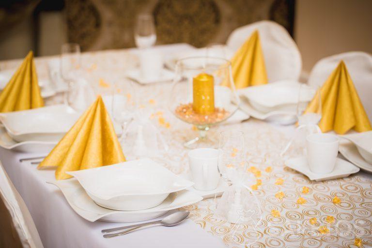 3.Dekoratives Gedeck in Weiß- und Goldtönen