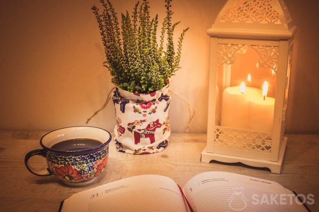 6.Tisch mit dekorativer Laterne und einem Leinenbeutel als Blumentopfabdeckung