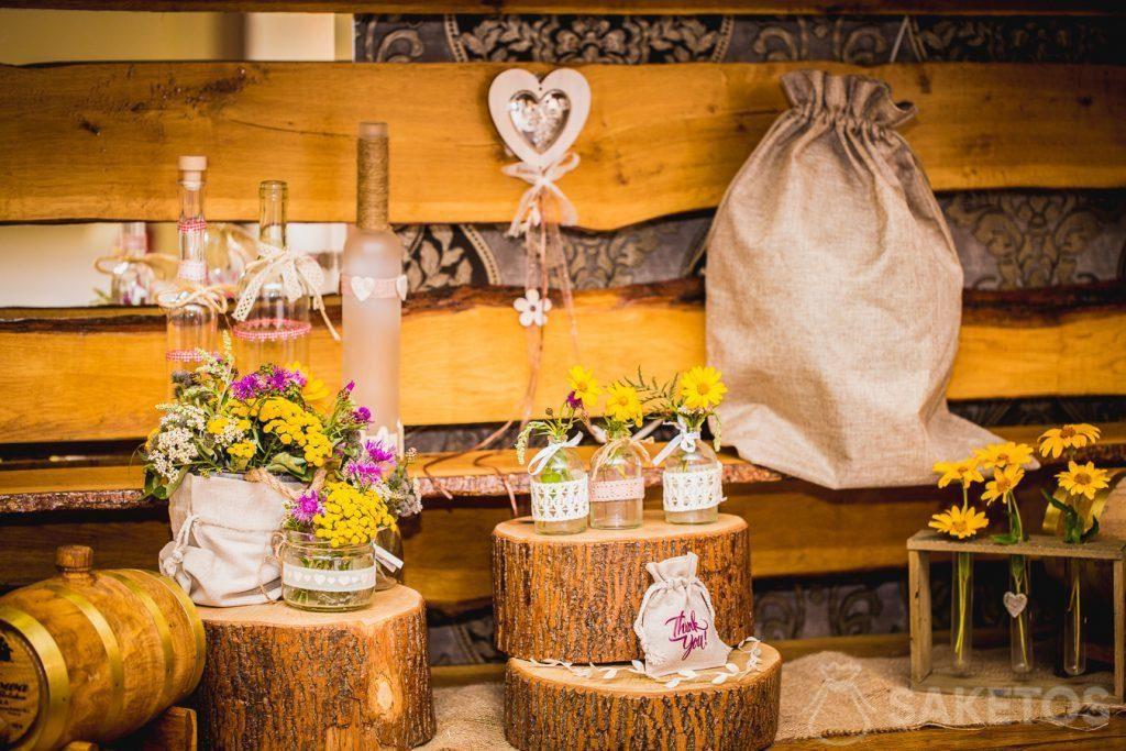 7.Dekorative Leinen- und Jutebeutel im rustikalen Stil für die Hochzeitstafel
