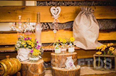 7. Dekorative Leinen- und Jutebeutel im rustikalen Stil für die Hochzeitstafel
