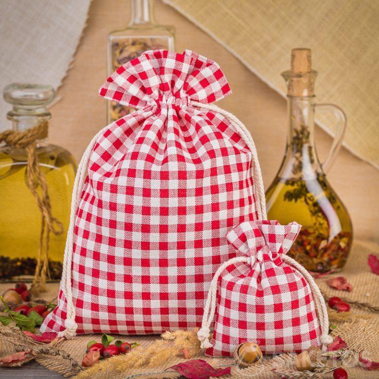 Modische Leinensäckchen mit rotem Karo bilden eine großartige Dekoration für eine Küchenarbeitsplatte oder ein Regal