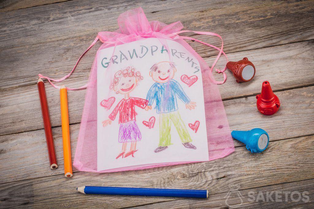 Geschenk - eine Grußkarte für Großeltern in einem Organzabeutel