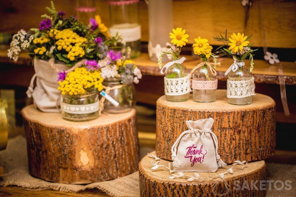 Leinentaschen als Dekoration von Blumentöpfen und Geschenkverpackungen für Hochzeitsgäste