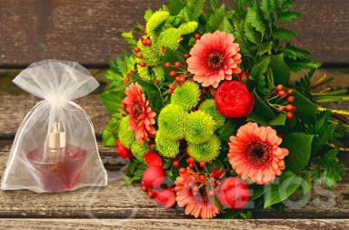 1. Geschenkset für eine Frau - ein Blumenstrauß und Parfüm in einem Organzabeutel