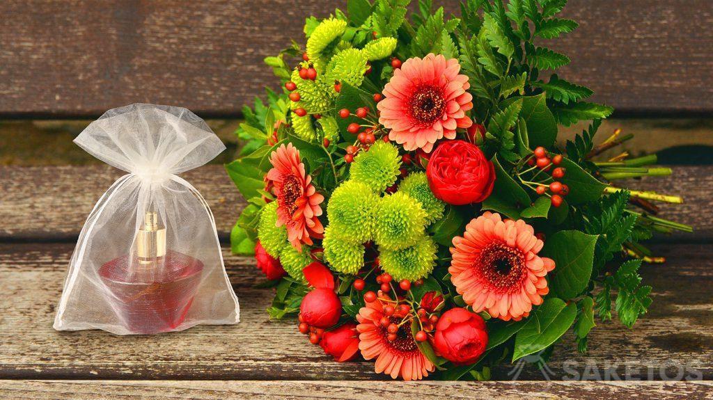 1.Geschenkset für eine Frau - ein Blumenstrauß und Parfüm in einem Organzabeutel