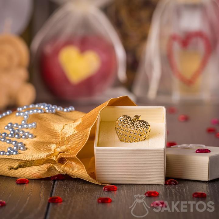 4.Schmuck verpackt in einen Geschenkbeutel aus goldenem Satin