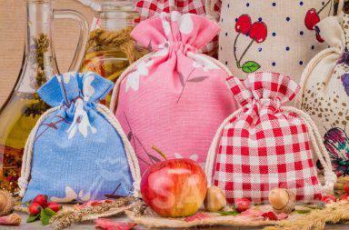 1. Leinenbeutel mit bunten Aufdrucken für die Dekoration zuhause Ein Organzabeutel bildet eine elegante Kerzenverpackung