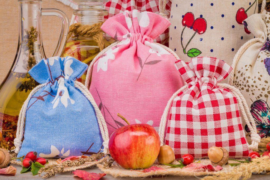 1.Leinenbeutel mit bunten Aufdrucken für die Dekoration zuhause Ein Organzabeutel bildet eine elegante Kerzenverpackung