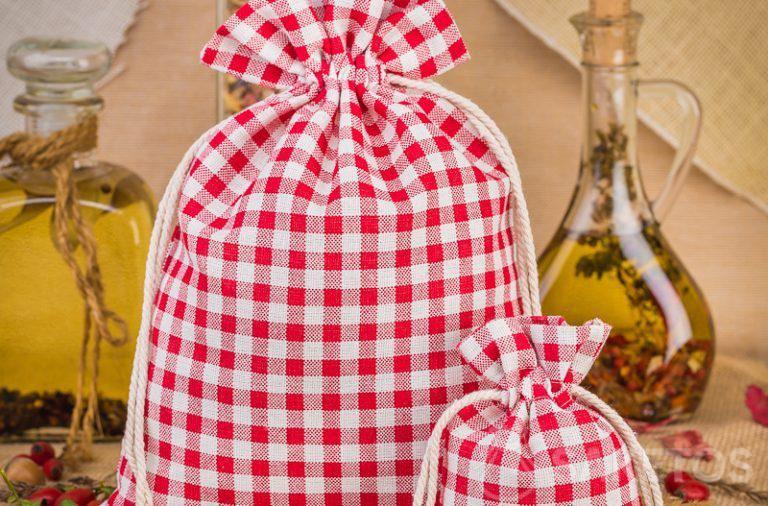 1. Modische Leinensäckchen mit rotem Karo bilden eine großartige Dekoration für eine Küchenarbeitsplatte oder ein Regal